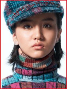 帽子をかぶったタートルネックの光希(Koki)の正面からの顔
